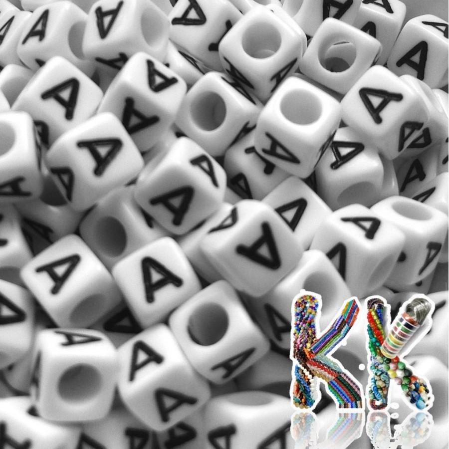 Korálky s písmenky - bílé kostičky s černým textem - 6 mm
