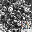Korálky s písmenky - stříbrné lentilky s černým textem - ∅ 7 x 4 mm